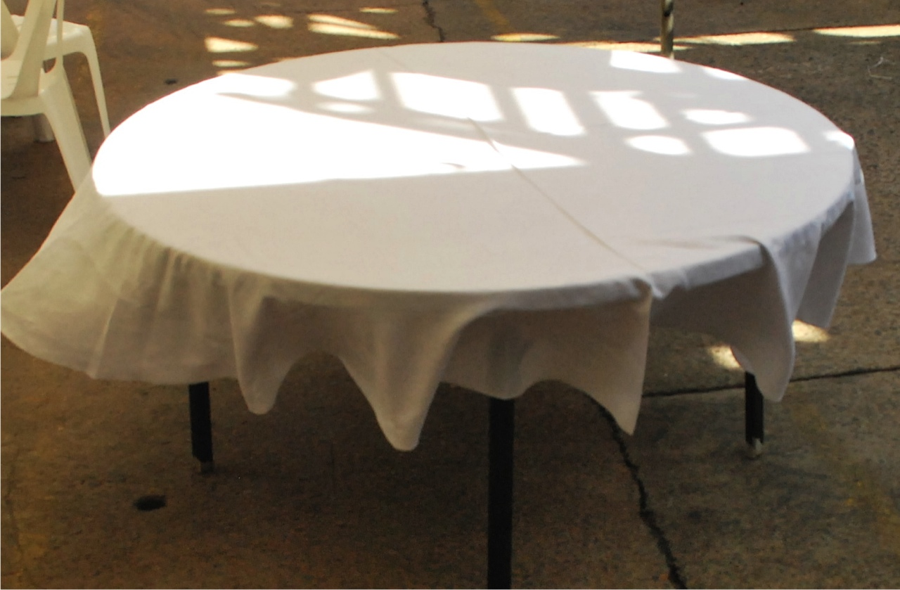 6ft Round Table with 9ft Table Cloth